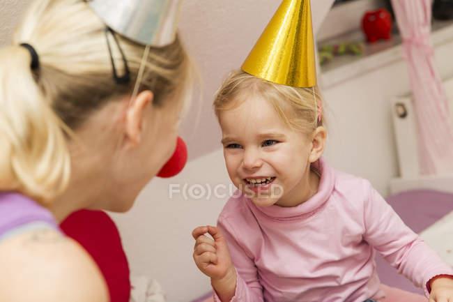 Мать и дочь празднуют день рождения вместе — стоковое фото