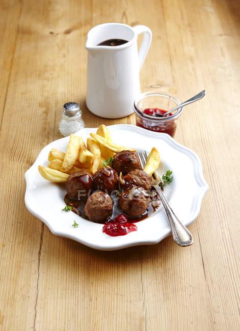 Köttbullar und Pommes mit Soße und Preiselbeeren — Stockfoto