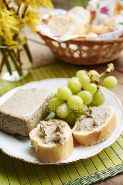Hausgemachte vegane Pastete auf Basis von gekeimtem Dinkel und Tofu — Stockfoto