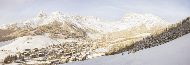 Austria, Salzburg State, Region Hochkoenig, Steinernes Meer, ski area in winter, View to Hinterthal, Panorama — стокове фото