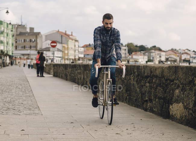Hipster Mann reitet mit einem Fixie-bike — Stockfoto