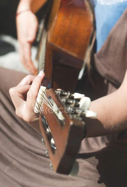 Mujer tocando la guitarra, primer plano - foto de stock