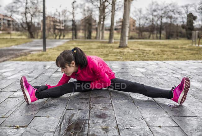 Іспанія, молода жінка, розігрів в парку — стокове фото
