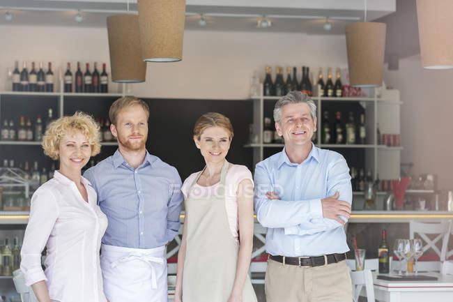 Усміхаючись команди в ресторані біля бару лічильник — стокове фото