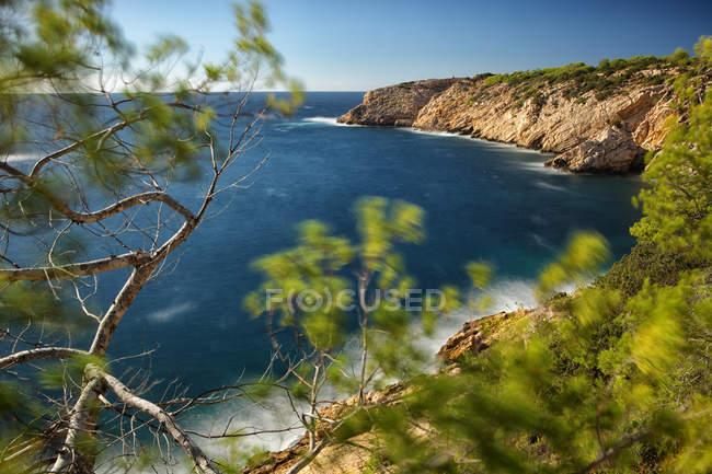 Spagna, Ibiza, Vadella Creek sull'acqua di mare — Foto stock