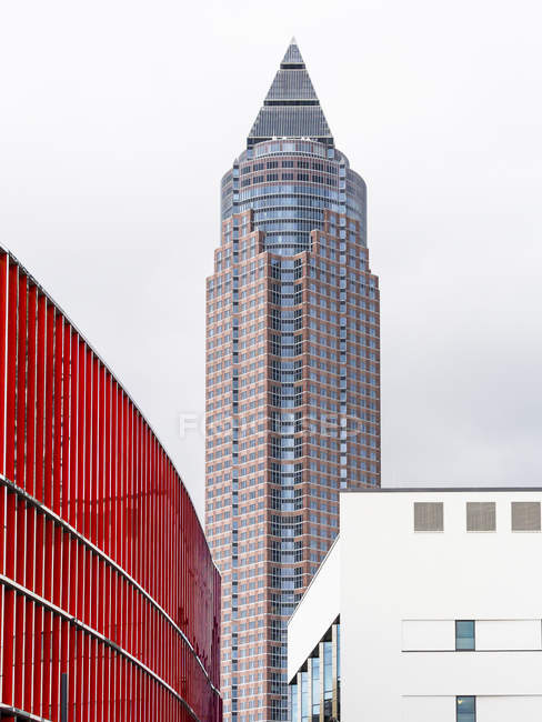 Alemania, Frankfurt, Torre de exposición durante el día - foto de stock