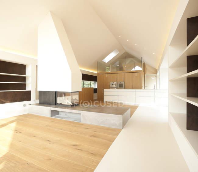 Домовладения, гостиная с камином и кухня открытого плана — стоковое фото