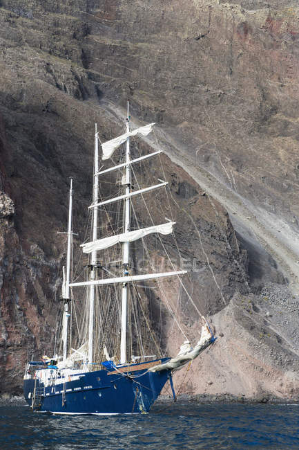 Oceano Pacifico, nave a vela all'isola di Isabela, Isole Galapagos — Foto stock