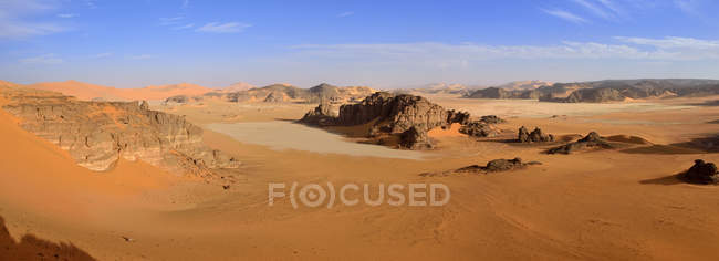 Africa, Algeria, Sahara, Tassili N'Ajjer National Park, Sandstone rocks and sand dunes at Ouan Zaouatan — Stock Photo
