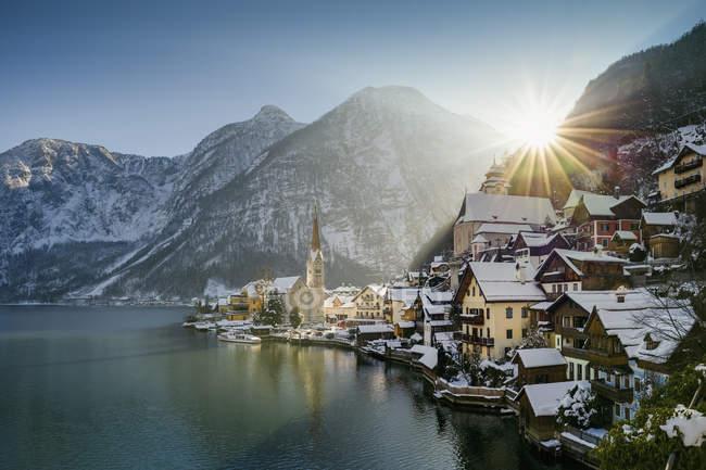 Vista de Hallstatt y la Dachstein sobre lago Hallstaetter ven al amanecer en invierno, Salzkammergut, Austria - foto de stock