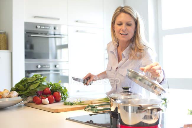 Mulher cozinhar na cozinha — Fotografia de Stock