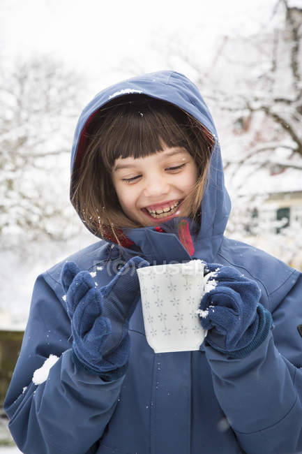 Портрет посміхається дівчина з чашкою чаю в зимовий період — стокове фото