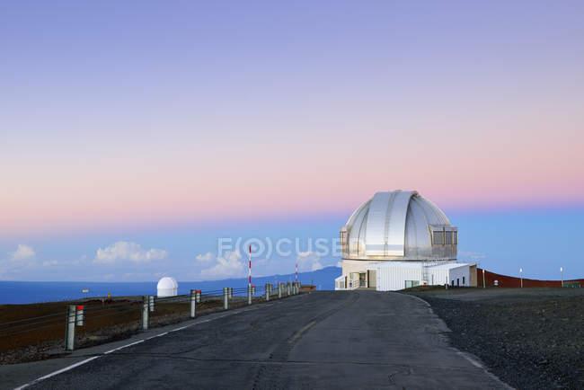 США, Гаваї, Великому острові, Мауна-Кеа, переглянути обсерваторії в ранкові сутінки — стокове фото