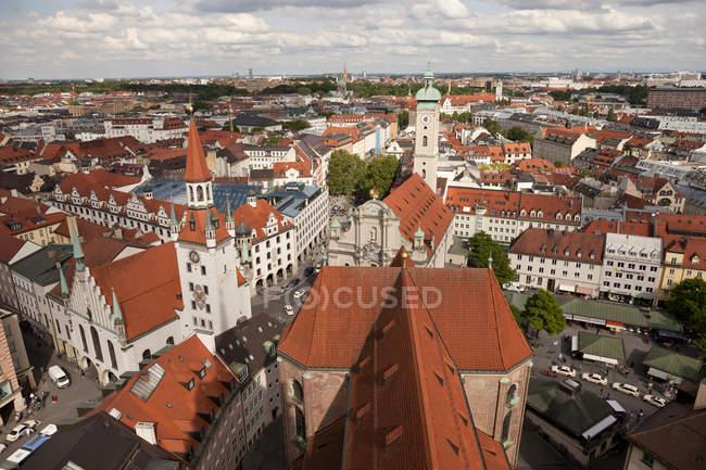 Deutschland, Bayern, München, Stadtbild mit Heilig-Geist-Kirche und altem Rathaus — Stockfoto