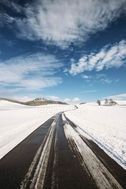 Германия, Баден-Вюртемберг, Констанцкий район, Хегау, Загородная дорога в Маэгдеберг зимой — стоковое фото