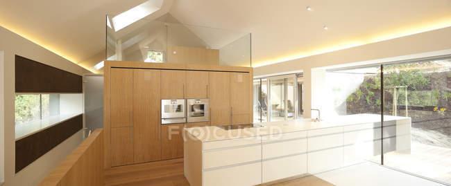 Proprietà della casa, interiore della cucina moderna open space — Foto stock