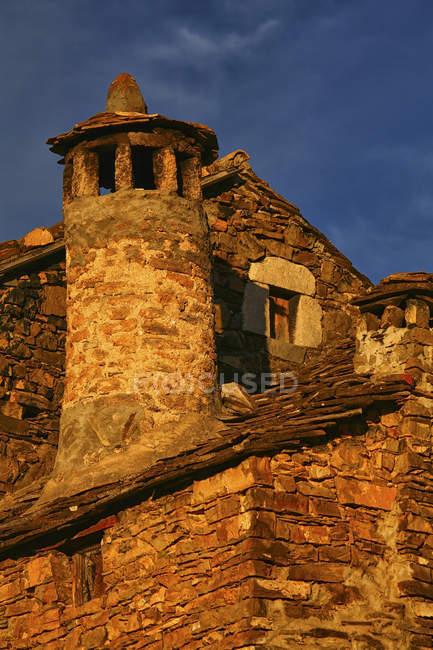 Spagna, Provincia di Huesca, Puertolas, casa in pietra nel villaggio di montagna Bestue — Foto stock