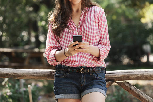 Woman using her smartphone outdoors — Stock Photo