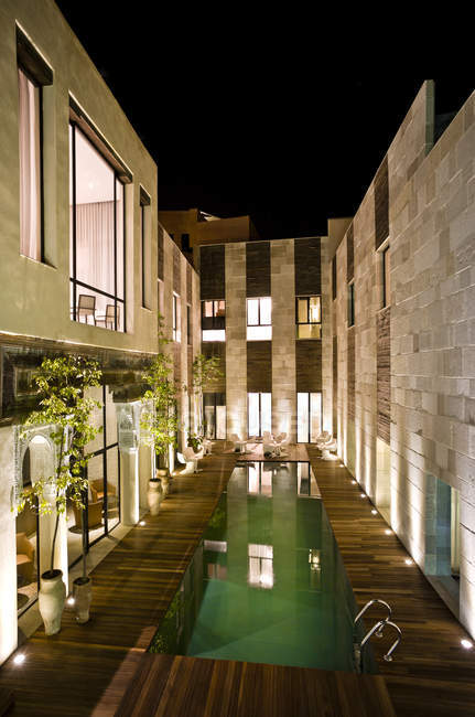 Morocco, Fes, Hotel Riad Fes, courtyard with swimming pool by night — Stock Photo