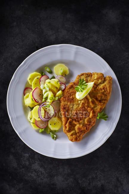 Vista superior del plato de escalope y patatas fritas - foto de stock