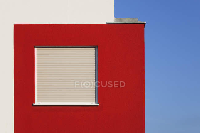 View of red-white facade of multi-family house at daytime, Cologne Widdersdorf, Germany — Stock Photo