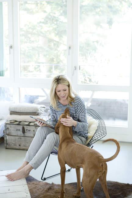Donna con cane e ridurre in pani digitale — Foto stock