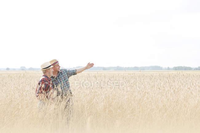 Zwei Bauern im Getreidefeld — Stockfoto
