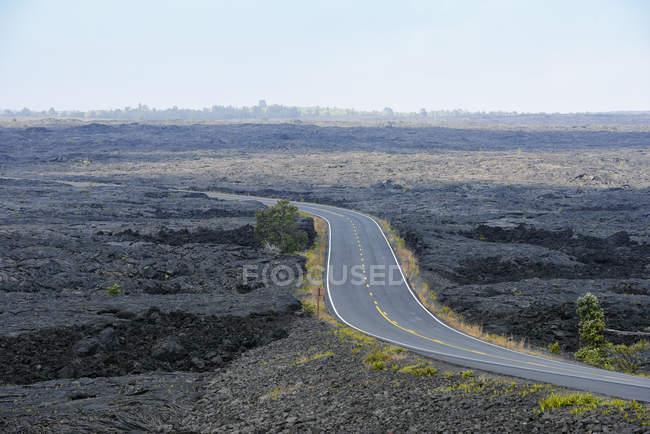 США, Гаваї, великий острів, Національний парк вулканів ланцюга з кратерів дороги між лавових полів — стокове фото