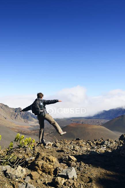 США, Гаваї, Мауї, Халеакала, людина балансування вулканічну з шлаку — стокове фото