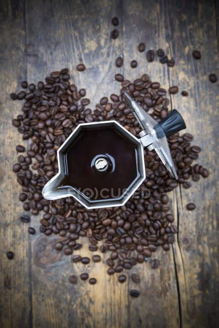 Vista superior de la lata de café expreso y granos de café - foto de stock