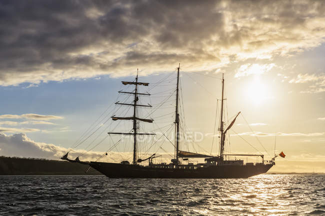 Pacific Ocean, sailing ship at Galapagos Islands — Stock Photo