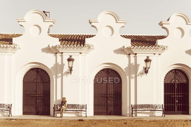 Spagna, Andalusia, El Rocio, seduta turistica femminile davanti a Ermita del Rocio — Foto stock
