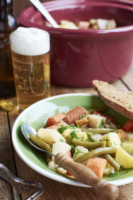 Versión vegetariana del tradicional guiso Westphalian Blindhuhn con salchicha vegana - foto de stock