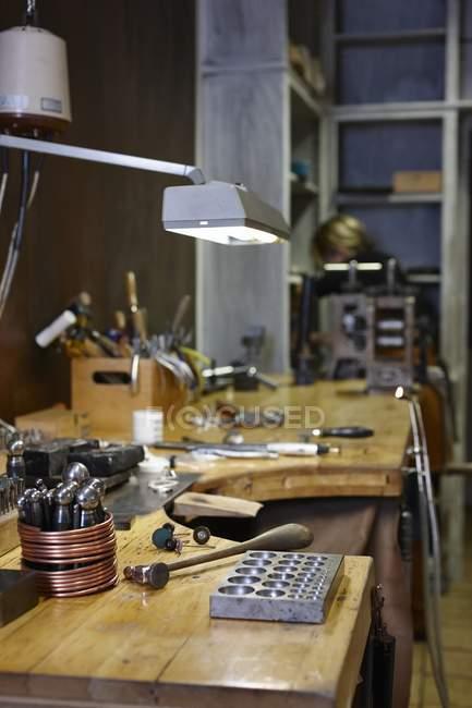 Goldschmiede-Werkstatt mit Werkzeugen auf Arbeitstisch — Stockfoto