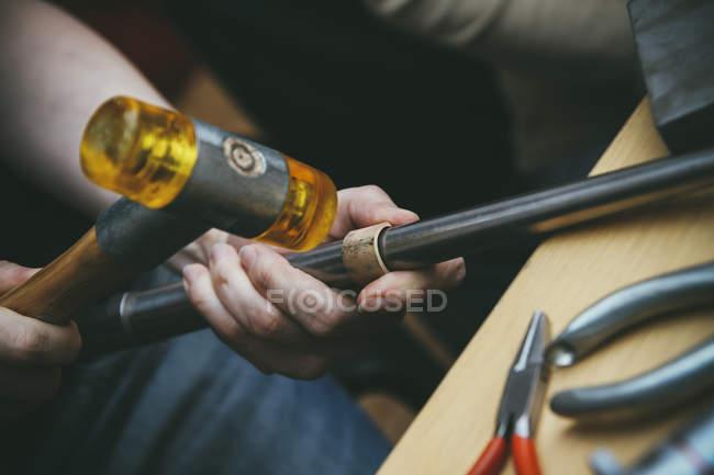 Goldsmith trabalhando com martelo de borracha em anéis de casamento — Fotografia de Stock