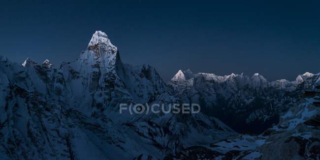 Nepal, Khumbu, Everest Region, Sonnenaufgang auf ama dablam vom Inselgipfel — Stockfoto