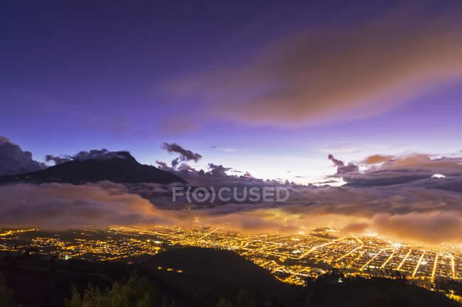 Amérique du Sud, Équateur, Province d'Imbabura, ville d'Ibarra et volcan Imbabura au coucher du soleil — Photo de stock