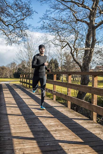 Espagne, Gijon, athlète en course dans le parc — Photo de stock