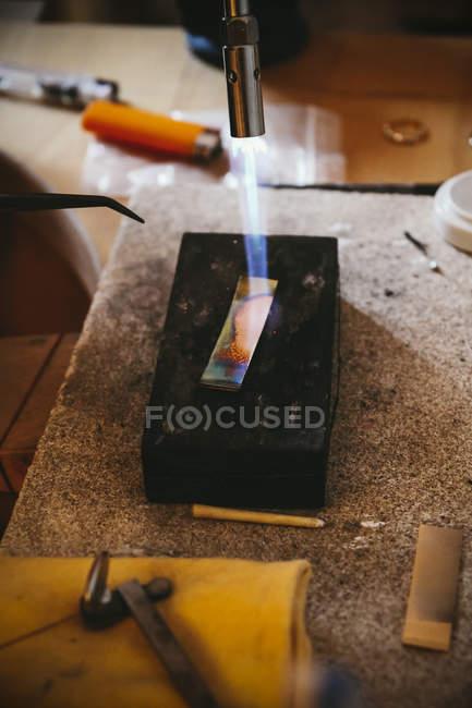 Goldschmied Arbeiten mit Bunsenbrenner am Werkstück — Stockfoto