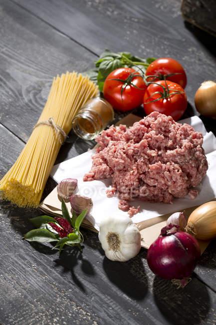 Ingredienti Per Spaghetti Alla Bolognese In Legno Di Pomodoro