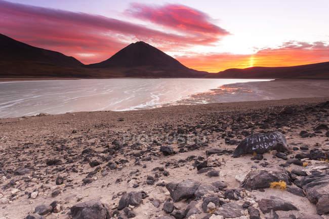 Болівія, Лагуна-Верде, Ліканкабур вулкан під хмарами — стокове фото