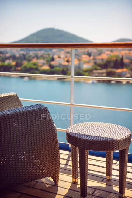 Хорватія, Дубровник, крісло і бічні таблиці на палубі круїзний лайнер — стокове фото