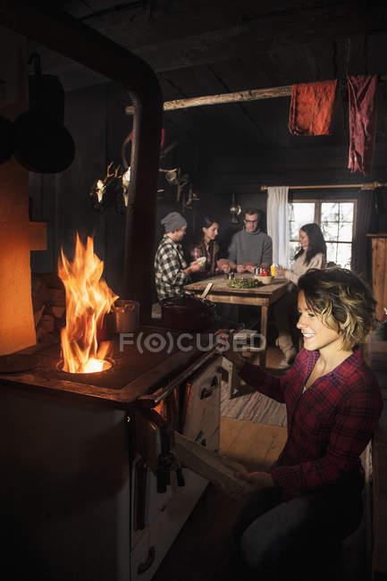 Gruppo di giovani in baita con forno — Foto stock