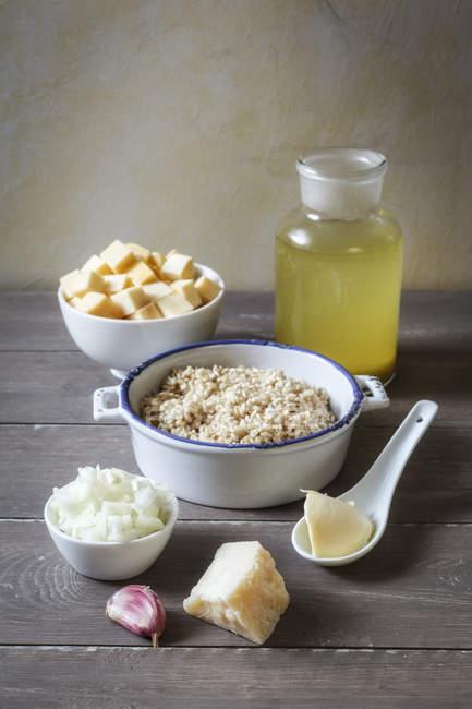 Ingredientes del risotto de sueco colocado en mesa - foto de stock