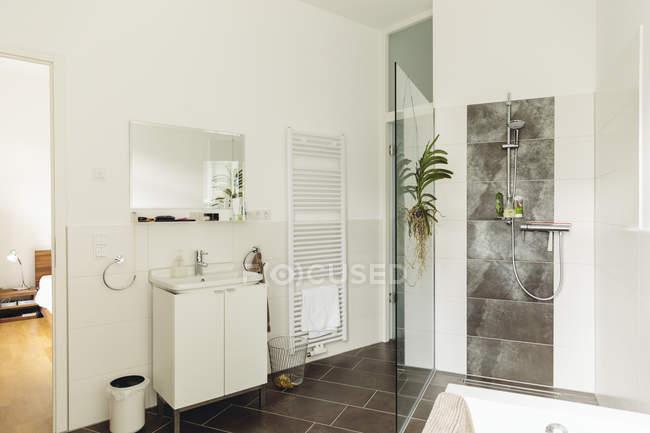 Внутрішній вигляд сучасну ванну кімнату у білих тонах — стокове фото