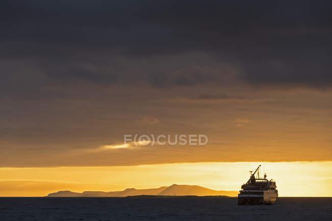Pazifischer Ozean, Galapagos-Inseln, Kreuzfahrtschiff bei Sonnenaufgang — Stockfoto