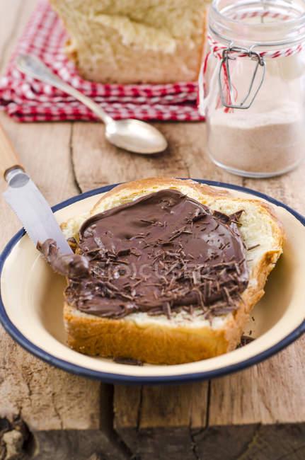 Ломтик домашней выпечки булочки с шоколадной начинкой — стоковое фото