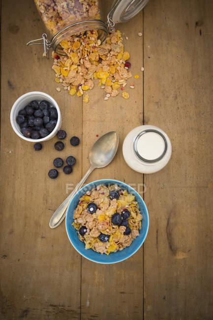 Draufsicht der glutenfrei-Müsli mit Milch und Heidelbeeren — Stockfoto