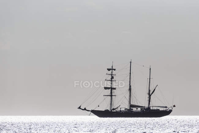 Silhouette of sailing ship in Pacific Ocean — Stock Photo