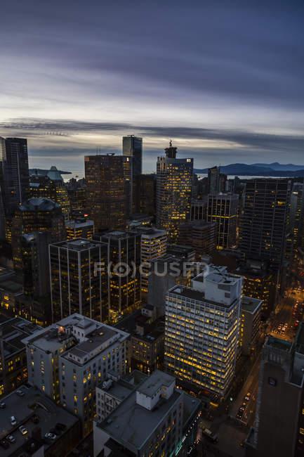Канада, Ванкувер, міський пейзаж від гавані центру у вечірній час — стокове фото